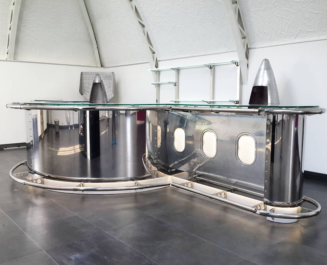 зайн барной стойки в авиационном стиле hi-tech