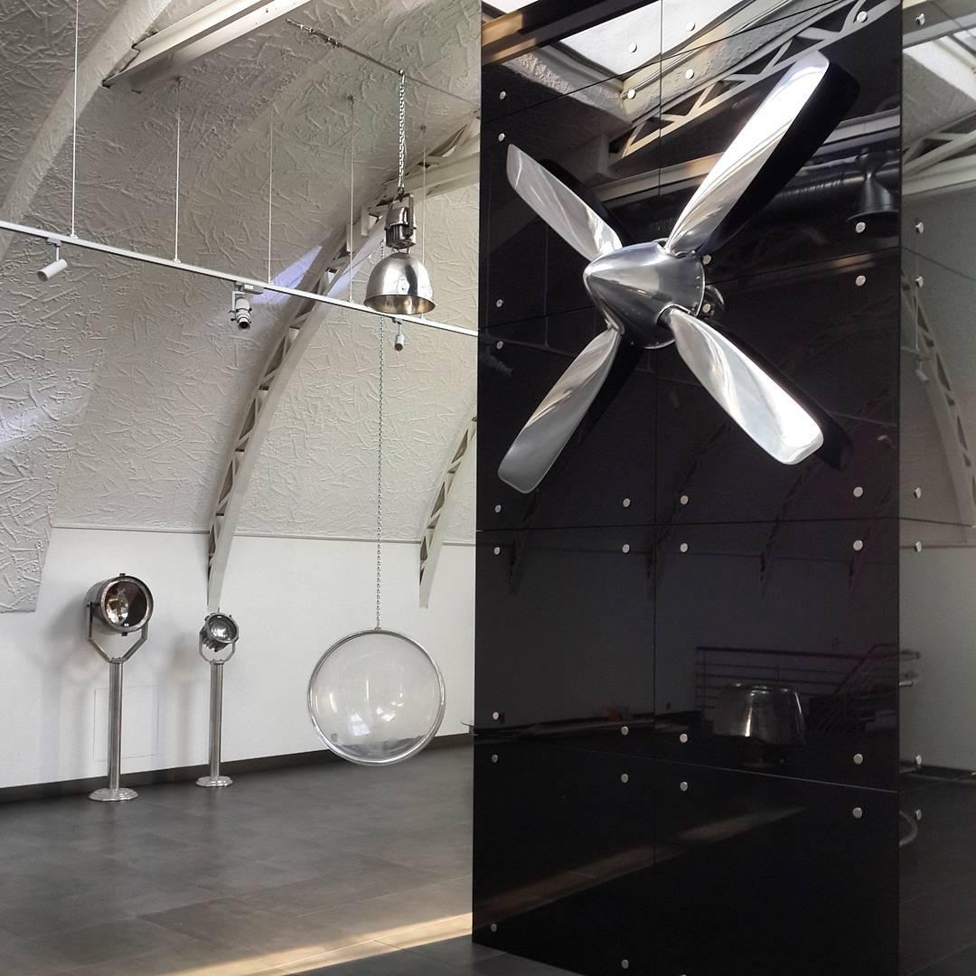 Дизайн интерьера выставочного зала в авиационном стиле