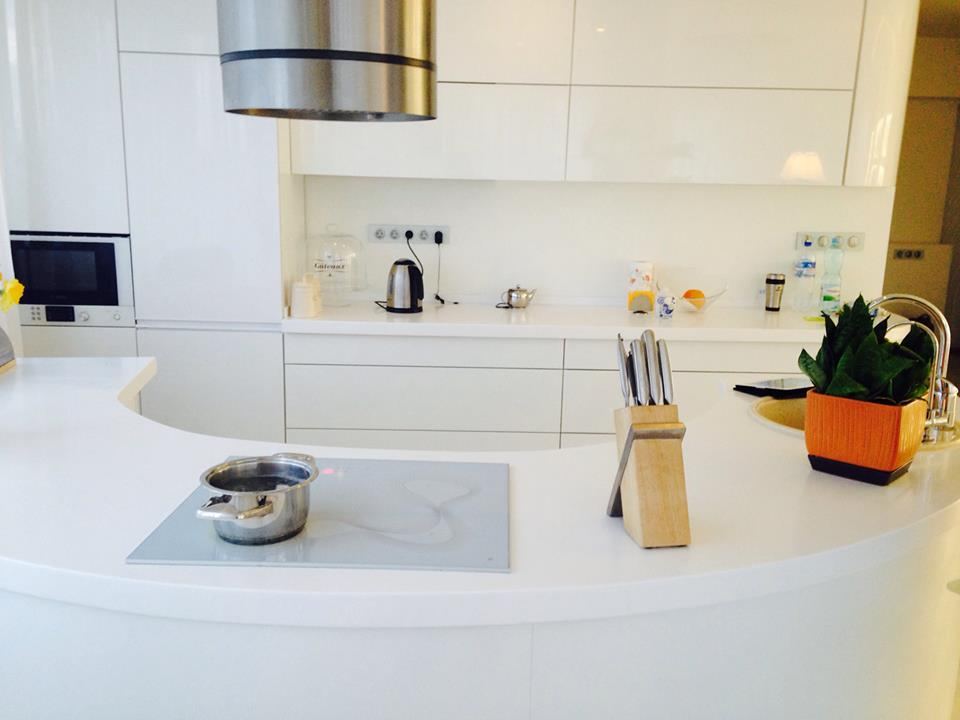 Дизайн островной круглой кухни